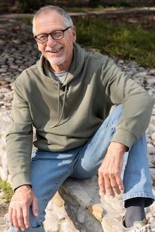 Homme senior moderne se détendre dans le parc