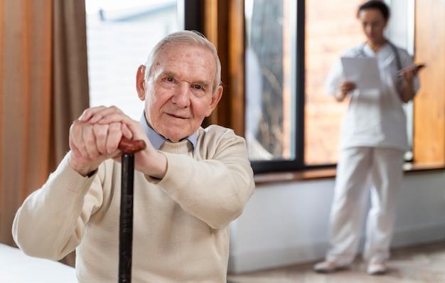 Homme senior occasionnel à la maison avec un médecin
