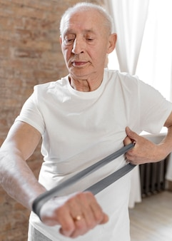 Homme senior shot moyen avec bande élastique