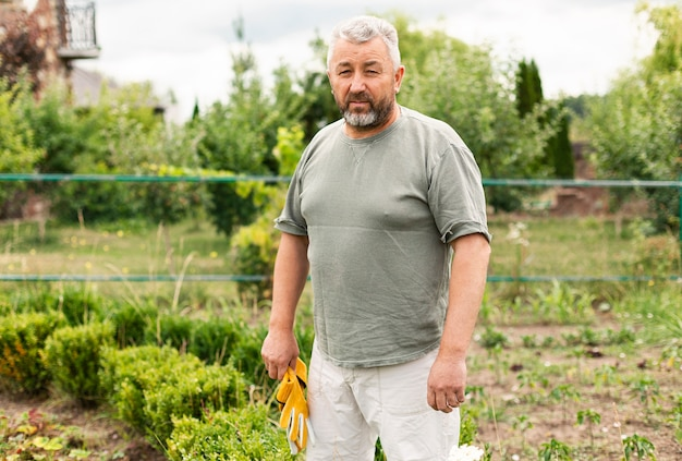Homme senior vue de face dans le jardin