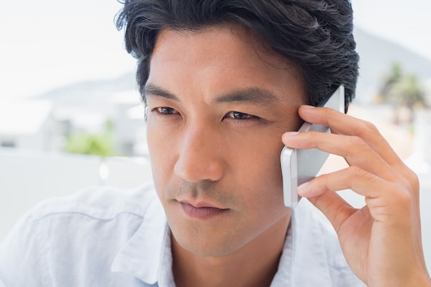 Homme sérieux sur appel téléphonique