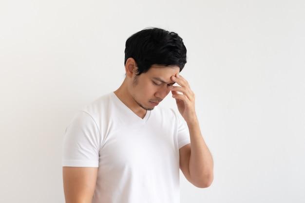 Homme sérieux et bouleversé porte un tshirt blanc isolé sur fond blanc