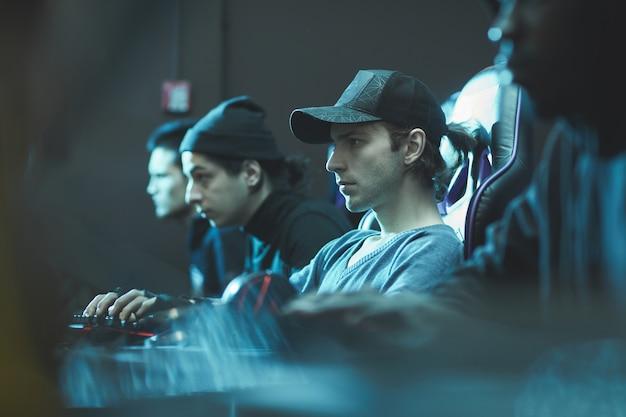 Homme sérieux en chapeau travaillant dans le centre de base de données