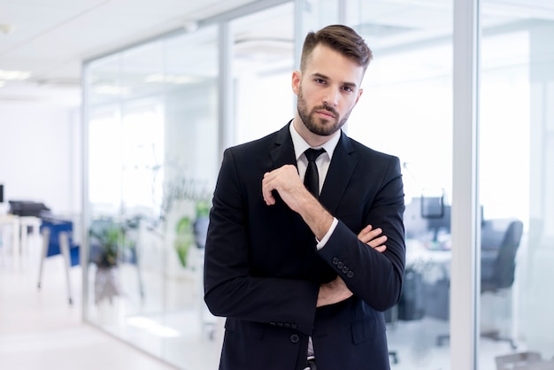 Homme sérieux en costume