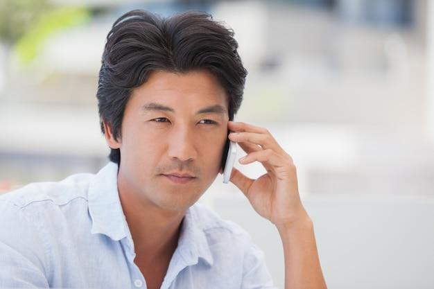 Homme sérieux sur un coup de téléphone
