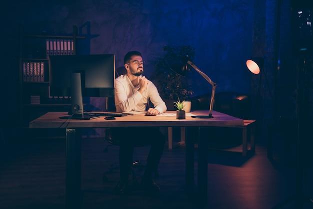 Homme sérieux rêveur attendre assis table bureau
