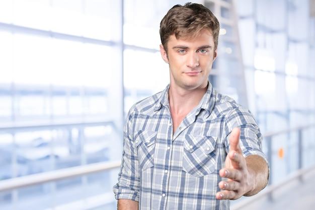Homme serrant la main