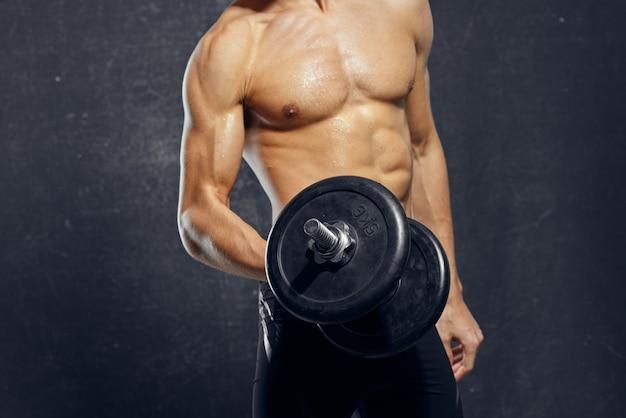 L'homme avec une serviette dans ses mains a gonflé l'exercice de remise en forme du corps posant