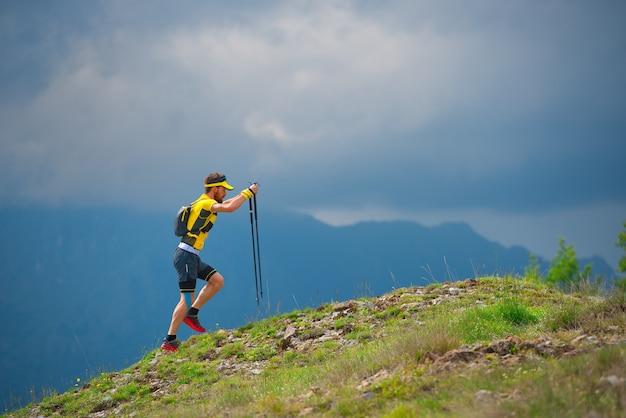 Homme seul marchant dans les montagnes