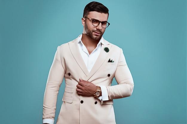Homme sexy brutal élégant en costume et lunettes