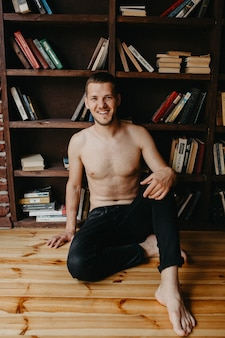 Homme sexy torse nu se reposer seul dans sa chambre au matin