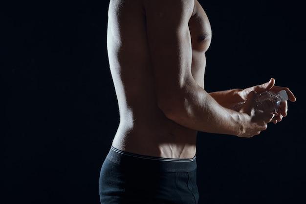 L'homme en short noir a gonflé la motivation de remise en forme d'entraînement corporel