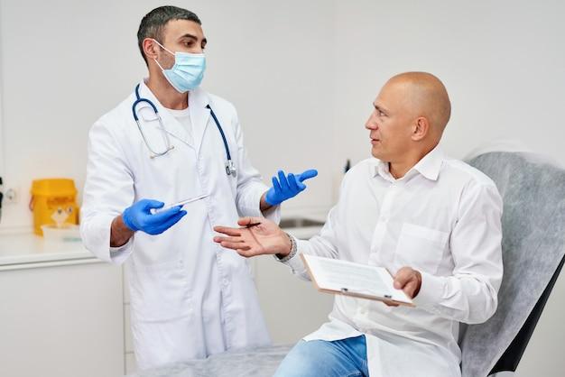 Homme signant un contrat avec un médecin à l'hôpital