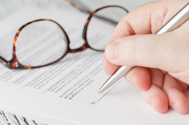 L'homme signe un document