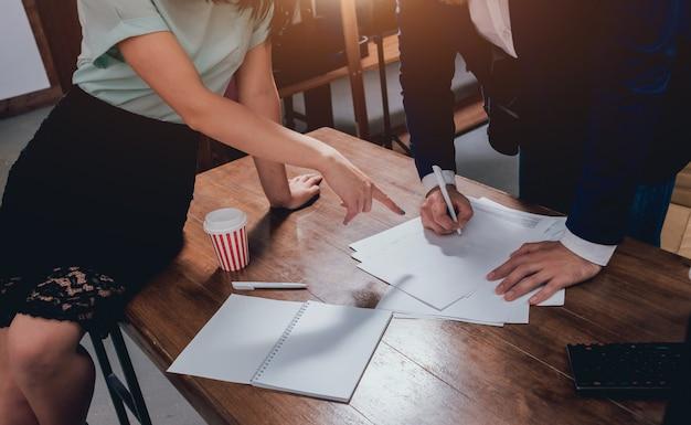 L'homme signe une police d'assurance habitation sur les prêts immobiliers. agent immobilier avec le client avant la signature du contrat.