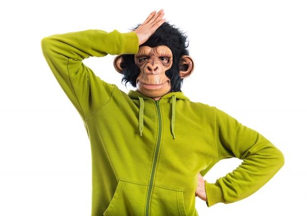 Homme singe ayant des doutes