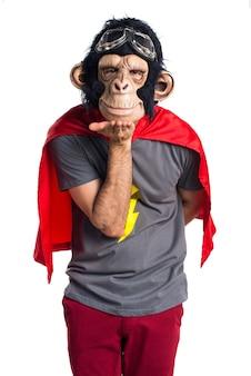 Homme singe envoie un bisou