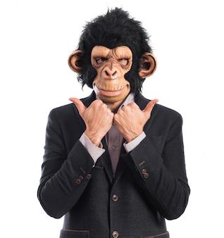 Homme singe avec le pouce vers le haut