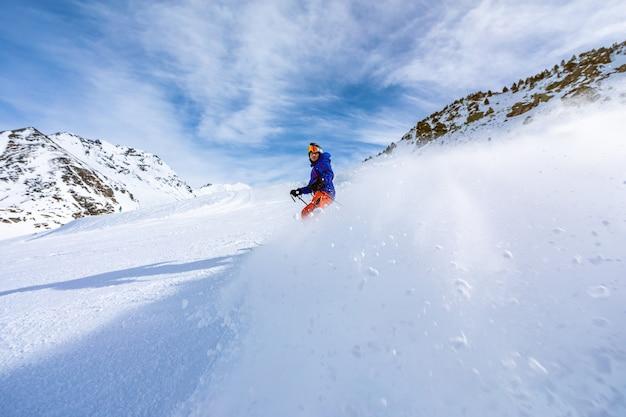 Homme skiant sur les pistes de ski