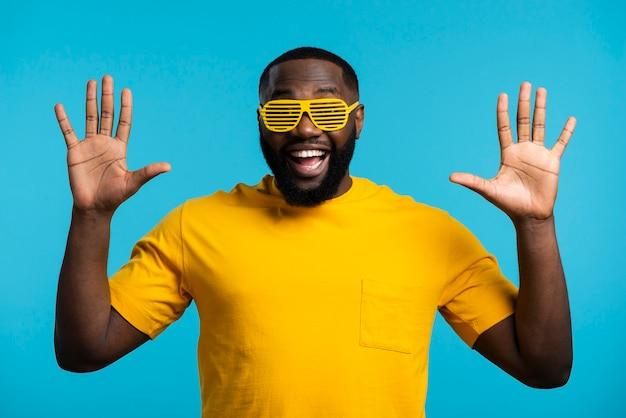 Homme smiley avec des lunettes