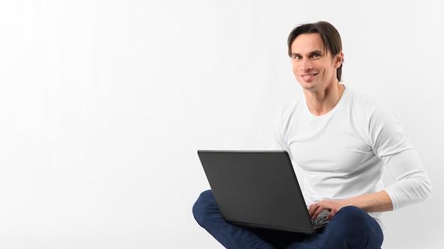 Homme smiley avec ordinateur portable