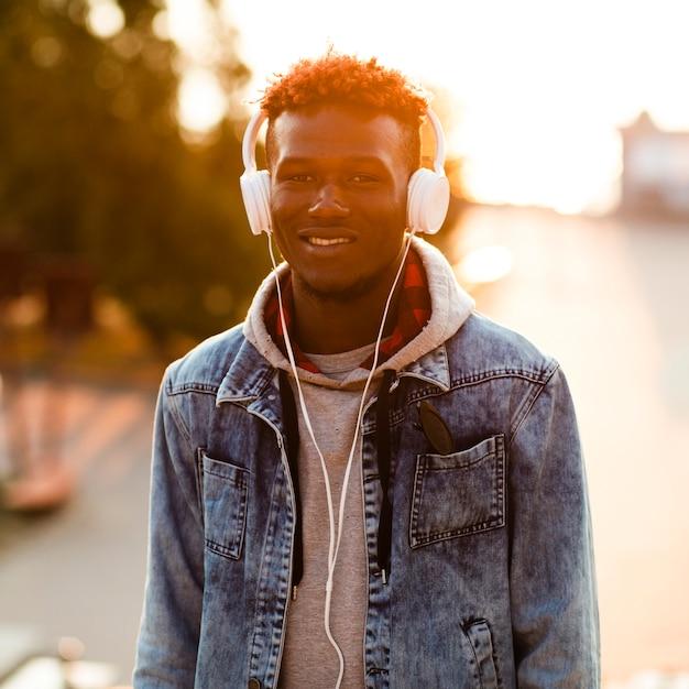 Homme smiley vue de face écoute de la musique