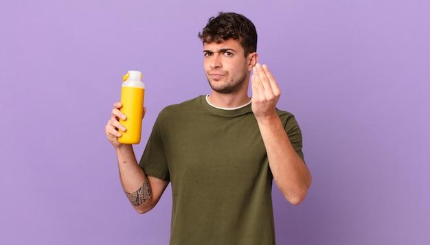 Homme avec smoothy faisant un capice ou un geste d'argent, vous disant de payer vos dettes!