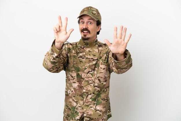 Homme soldat isolé sur fond blanc comptant huit avec les doigts