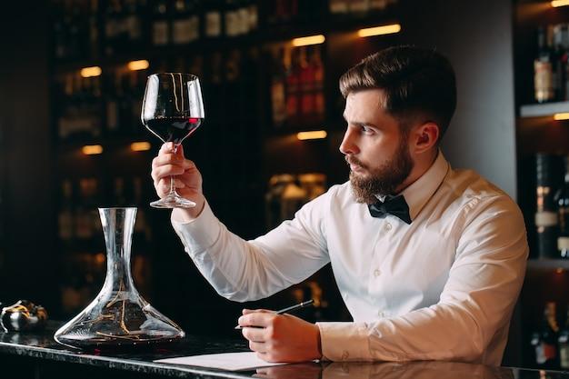 Homme, sommelier, dégustation, vin rouge, dans, cave