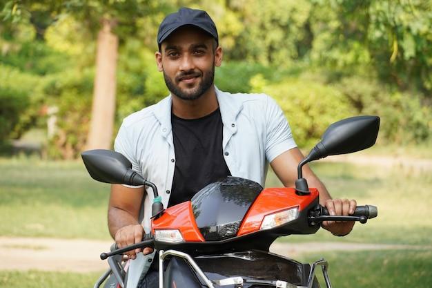 Un homme avec son nouveau scooter
