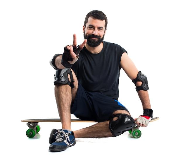 L'homme sur son skate comptant un