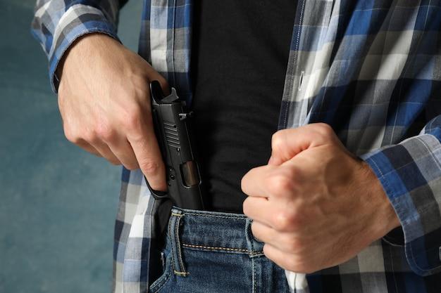 L'homme sort une arme à feu de jeans, se bouchent. voleur