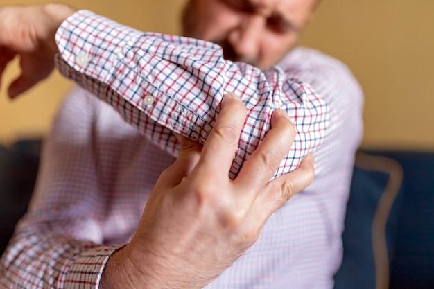 Homme souffrant de douleur au coude