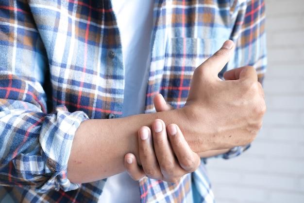 Homme souffrant de douleur dans la main se bouchent