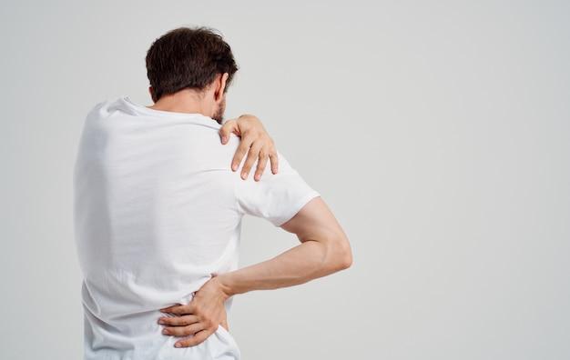 Homme souffrant de douleur dans la médecine de l'ostéochondrose des vertèbres cervicales