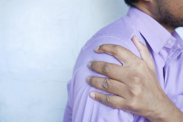 Homme souffrant de douleur à l'épaule se bouchent