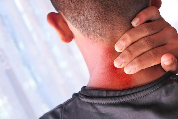 Homme souffrant de douleurs au cou ou à l'épaule à la maison.