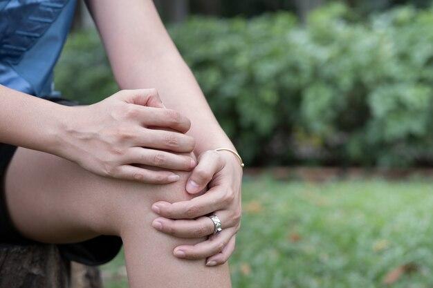 Homme souffrant de douleurs au genou, arthrose du genou