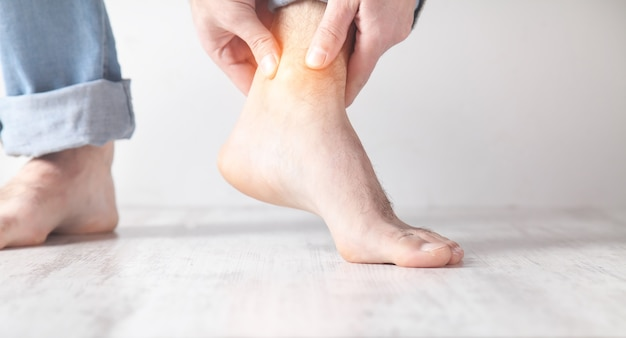 Homme souffrant de douleurs à la cheville.