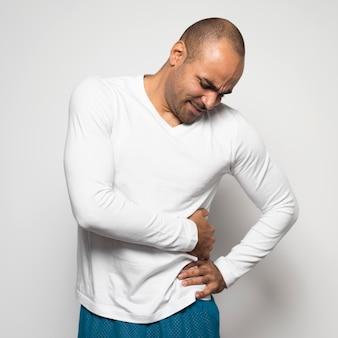Homme souffrant de douleurs latérales