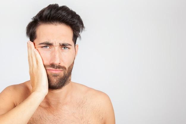 Homme souffrant de mal de dents