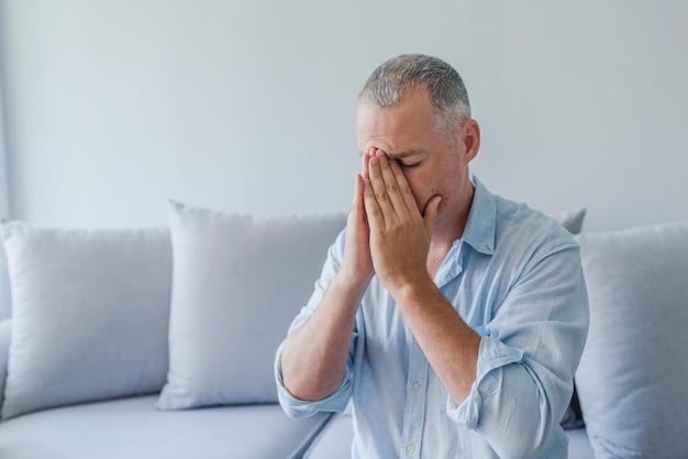 Homme souffrant de maux de tête, de vertige, de gueule de bois, de migraine, de stress