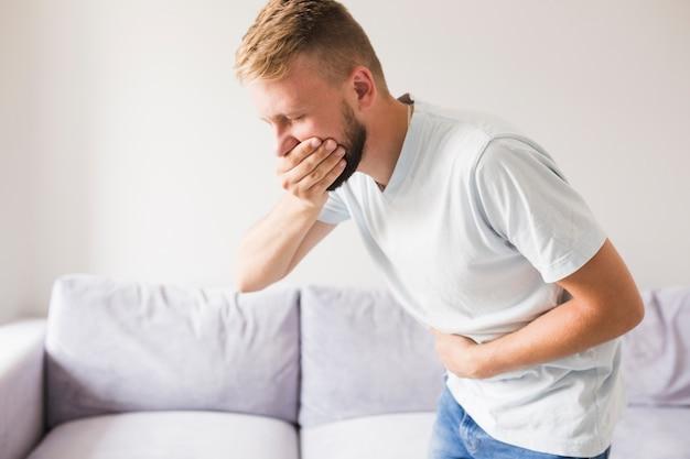 Homme souffrant de vomi et bouche fermée