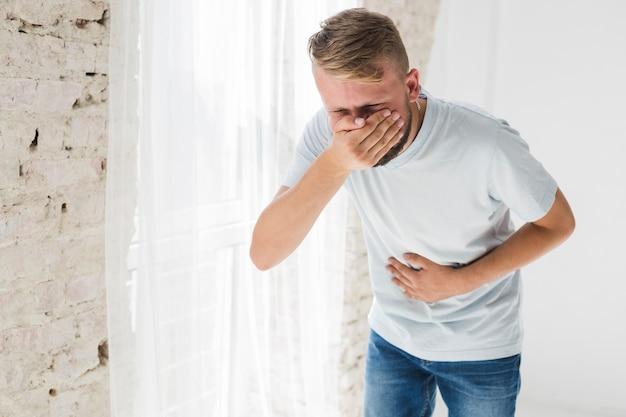 Homme souffrant de vomi
