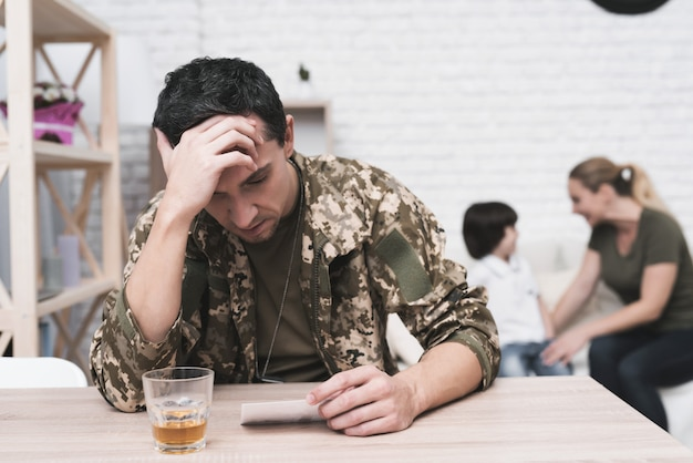 L'homme souffre après son retour de la guerre et boit.
