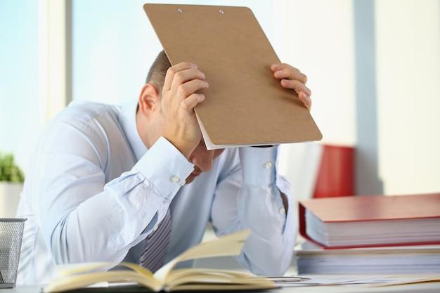 Un homme souffre de stress et de maux de tête