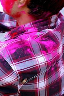 Un homme a souillé des vêtements aux couleurs du festival holi