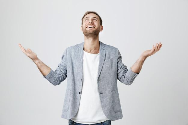 Homme soulagé reconnaissant remerciant dieu pour le miracle