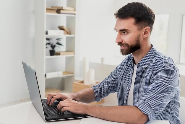 Homme souriant à angle élevé à la maquette du bureau