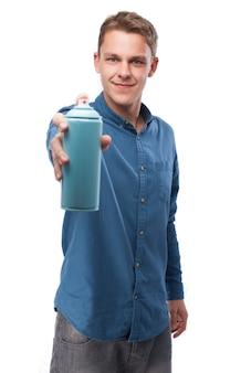 Homme souriant avec une bombe aérosol
